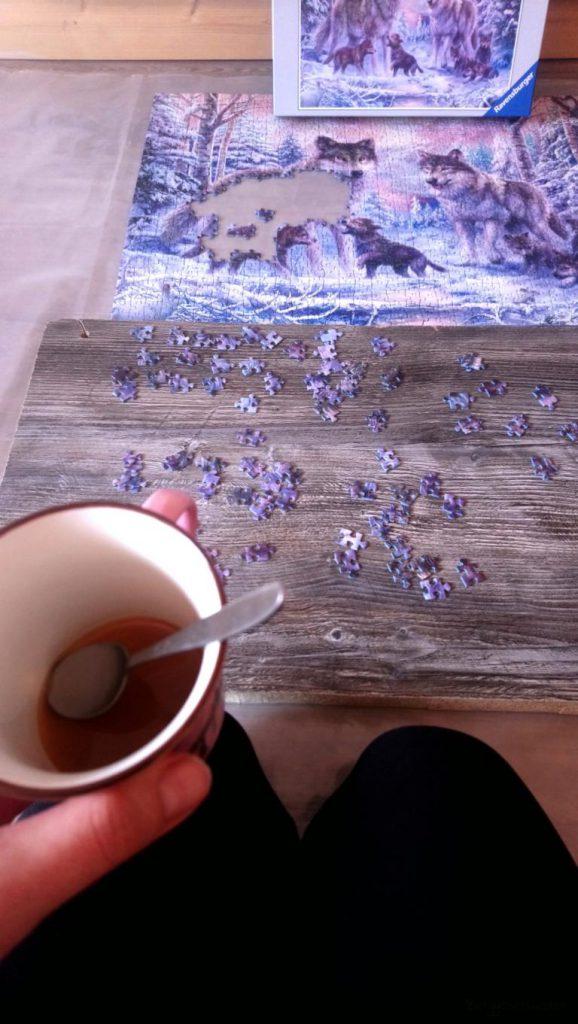 Puzzeln und Kaffeetrinken