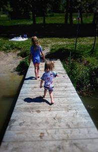 Wiesen am Oggenrieder Weiher in Irsee im Allgäu Ostallgäu Bayern Ducksday UV Anzüge Badesachen UV Schutz Kinder