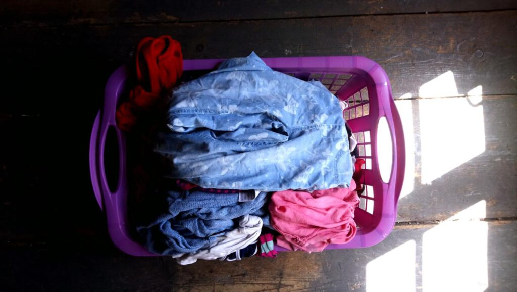Wäschekorb mit Wäsche