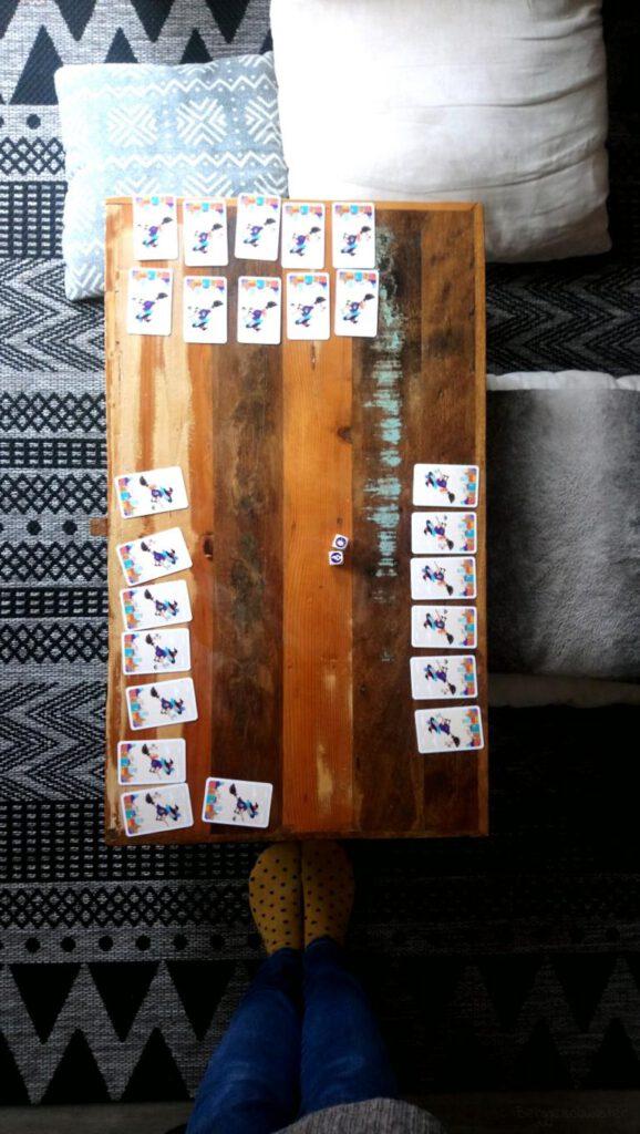 Tisch mit Spielkarten