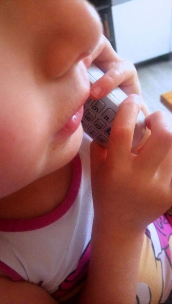 Mädchen telefoniert