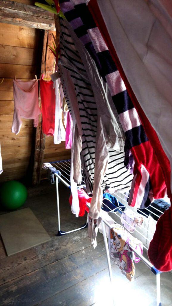 Wäscheleine auf dem Dachboden