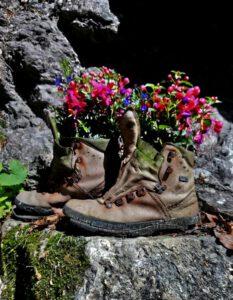 Wanderschuhe als Blumentop mit Fuchsien Breitachklamm