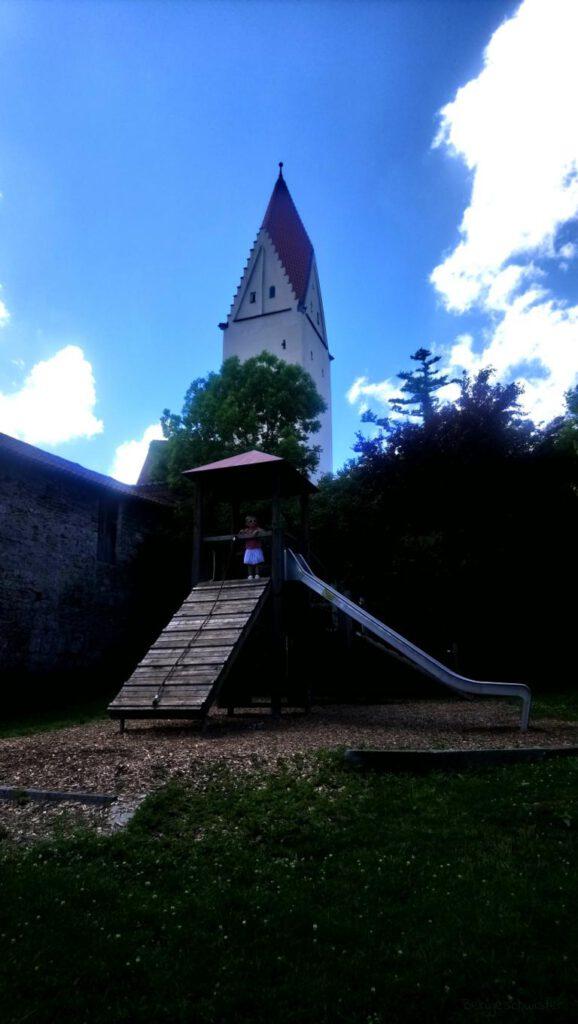 Spielplatz vor Kirche