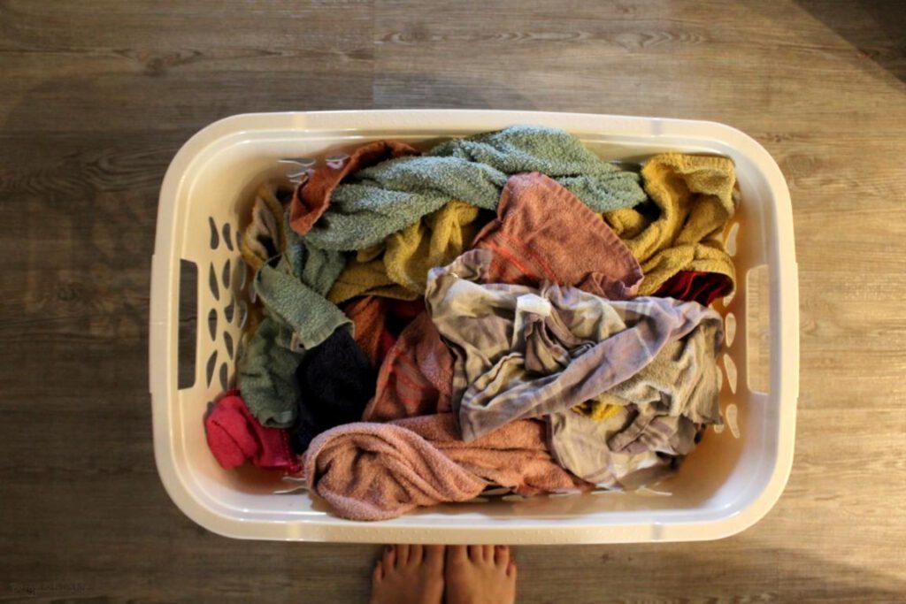 gewaschene Handtücher in Wäschekorb