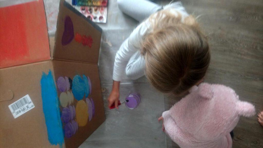 Kinder bemalen Karton