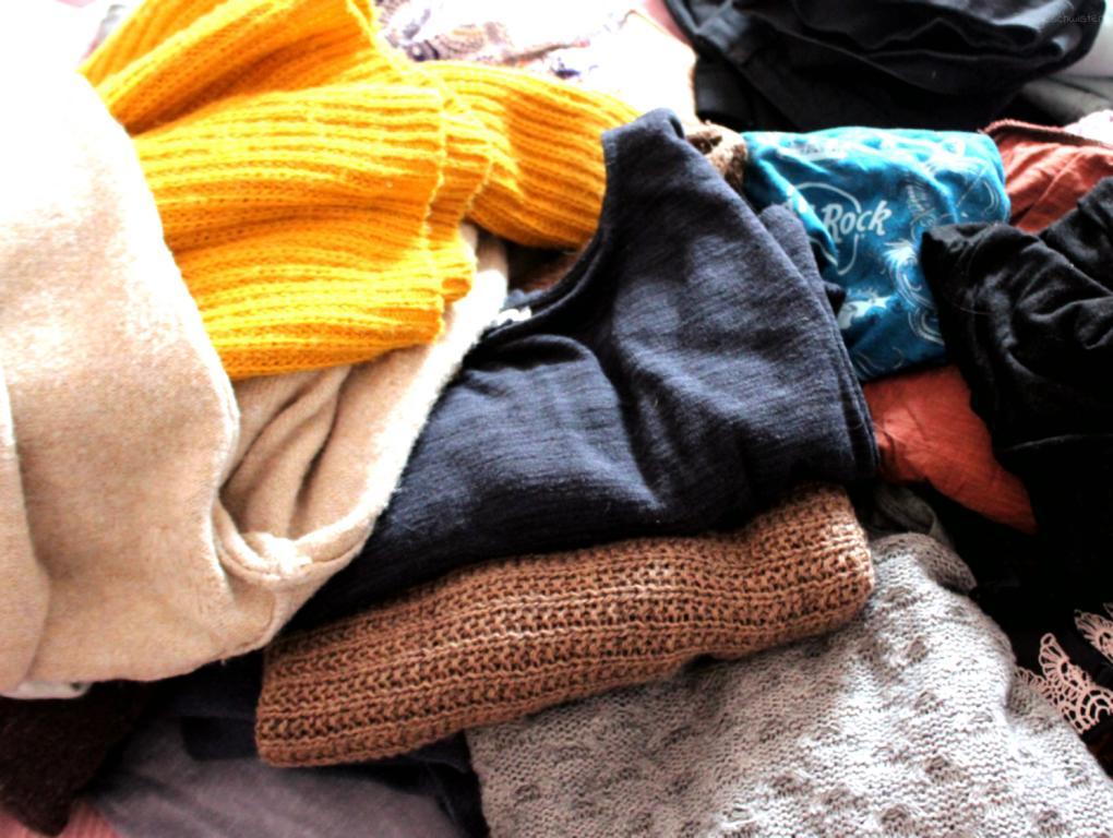 Stapel mit Kleidung