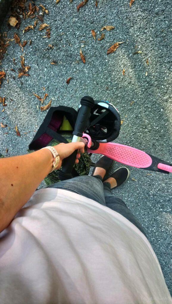 Blick auf Tasche und Roller