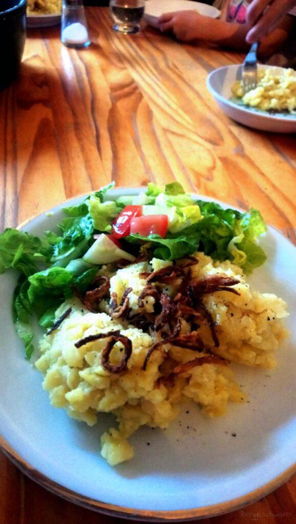 Spätzle mit Salat