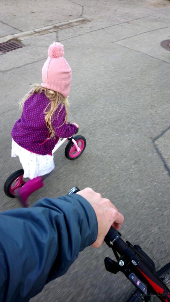Mädchen mit Laufrad