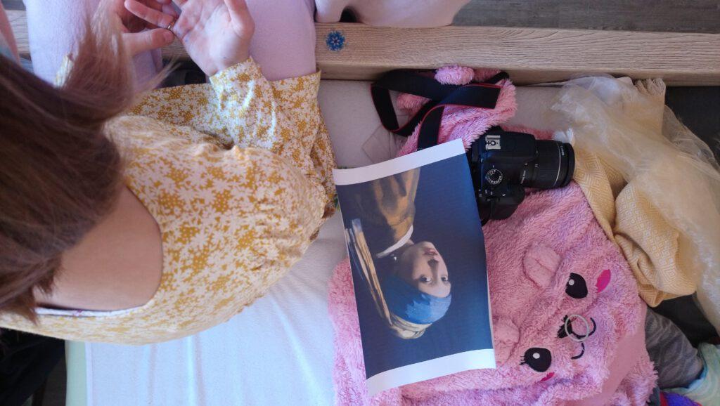 Blick auf ein Bett mit Foto und Mädchen