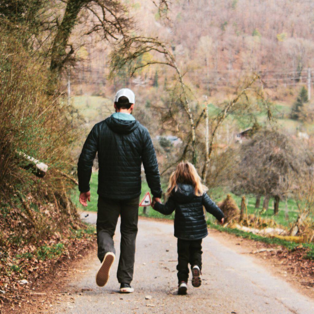 Vater mit Tochter auf Waldweg