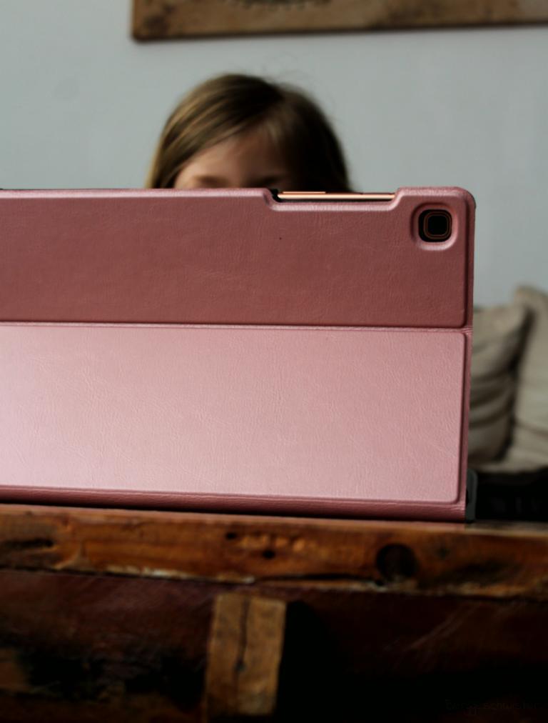 Mädchen hinter einem Tablet