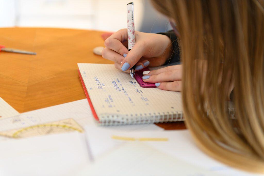 Mädchen mit Matheaufgaben