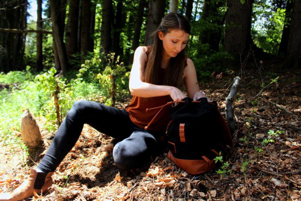 Frau im Wald mit Rucksack
