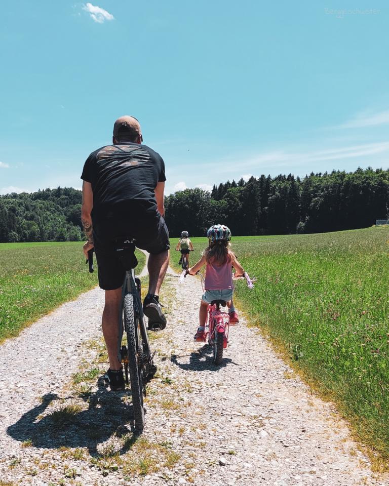 Mann mit zwei Kindern auf Fahrrädern