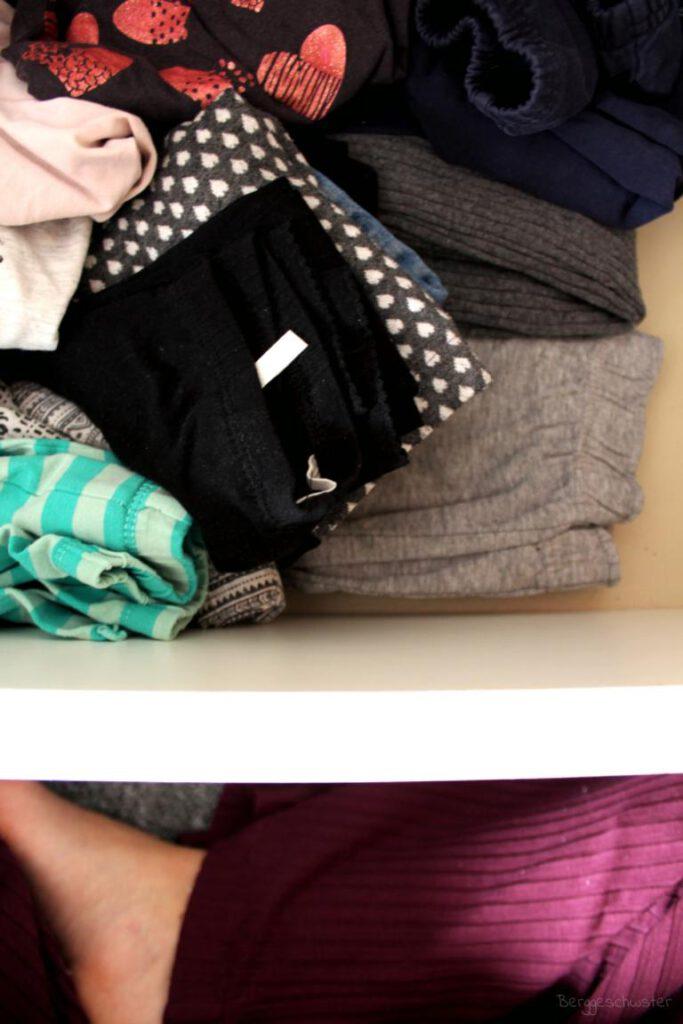 Schublade mit Kinderkleidung