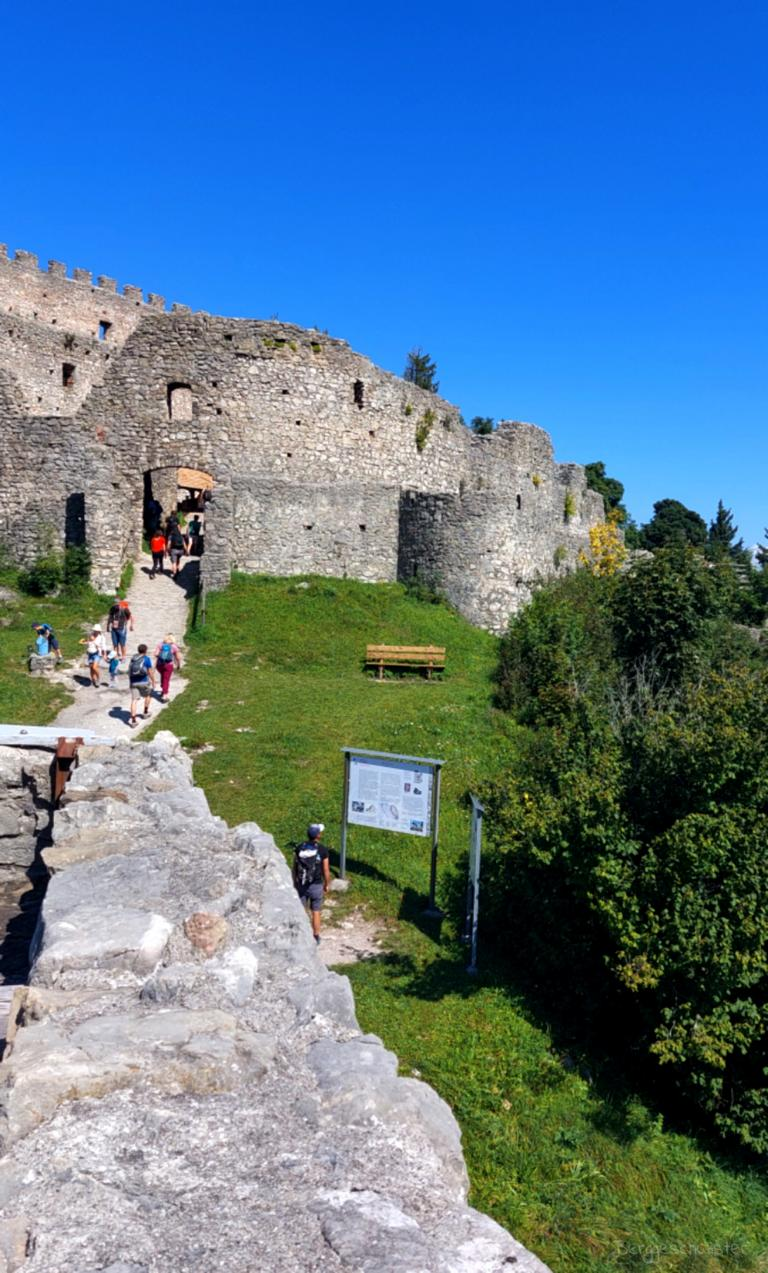 Burgruine Eisenberg Wandern mit Kindern im Allgäu Touristen