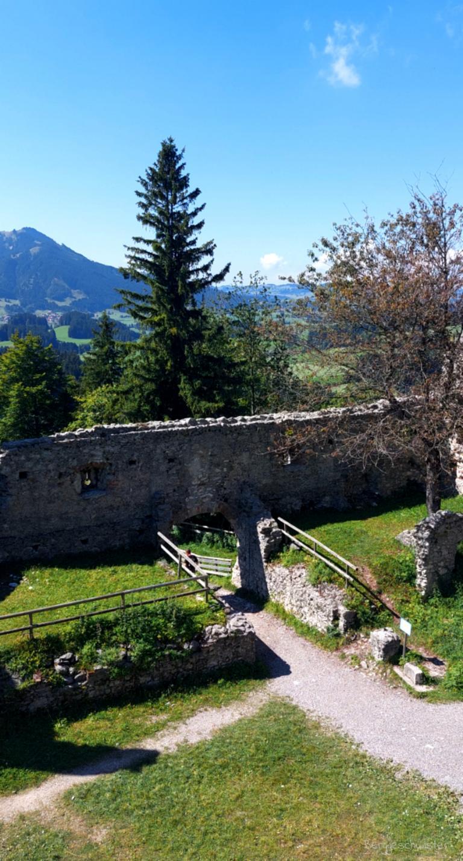 Burgruine Hohenfreyberg Wandern mit Kindern im Allgäu Ausblick Ruine