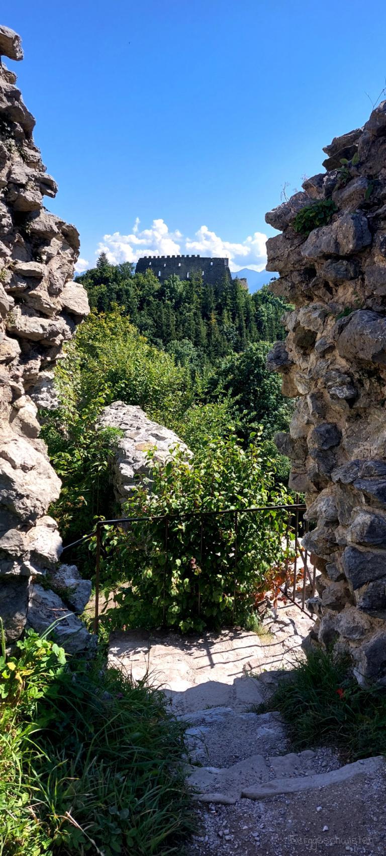 Burgruine Hohenfreyberg Wandern mit Kindern im Allgäu Blick auf Burg Eisenberg