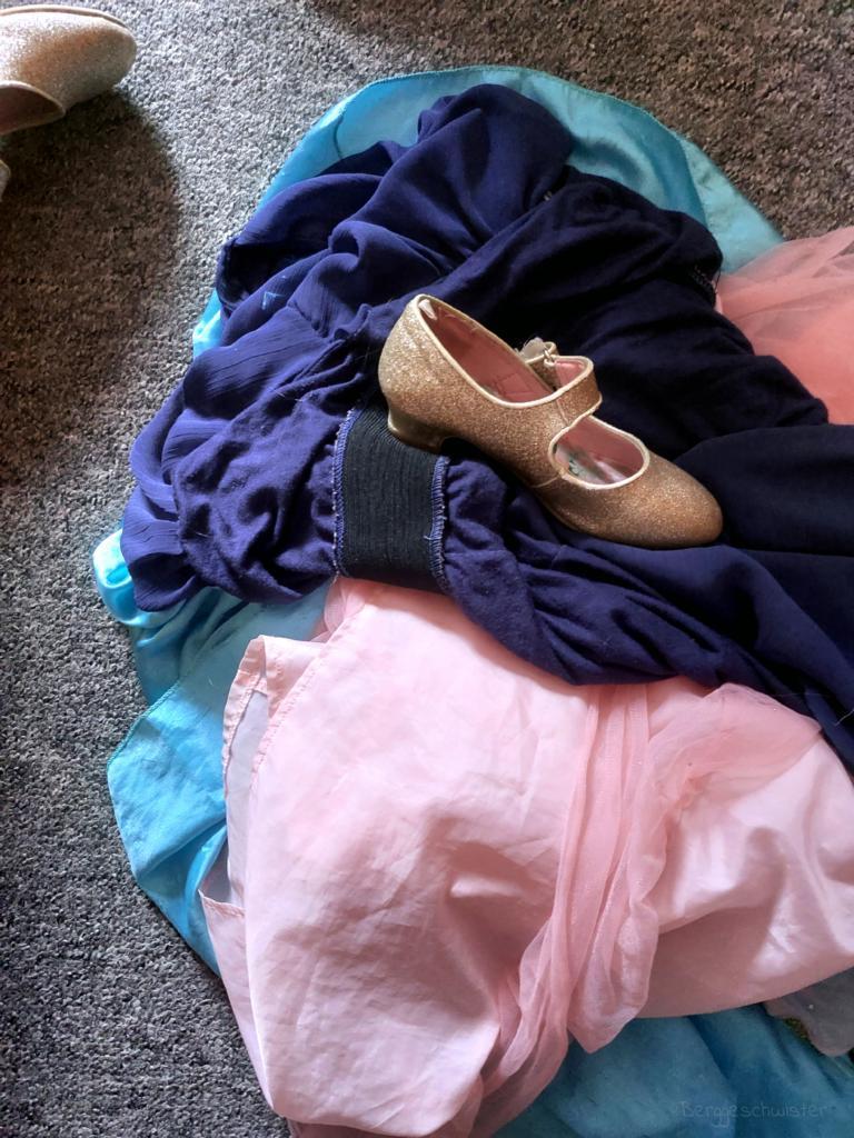Haufen mit Kleidern